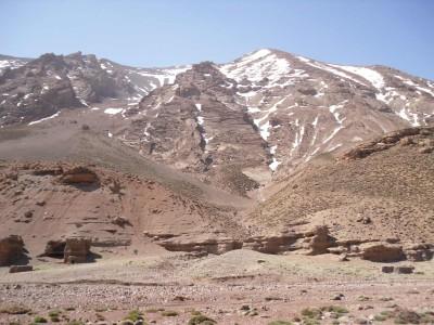 Cime del massiccio M'Goun e rifugi berberi nelle rocce.